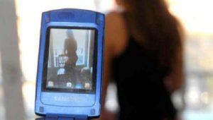 Invia agli amici foto e video della moglie nuda, lei lo scopre e lo denuncia