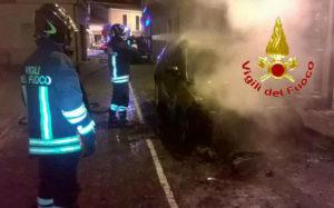 Auto in fiamme nella notte, intervento dei vigili del fuoco