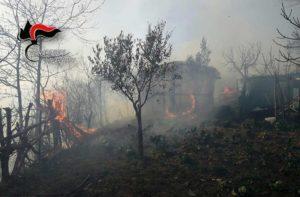 Incendio vicino abitazione nel catanzarese, in salvo anziani