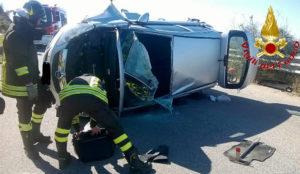 Auto si ribalta e il conducente rimane incastrato, estratto dai Vigili del Fuoco
