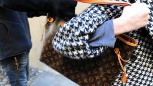 Scippa borsa a giovane donna, 44enne arrestato