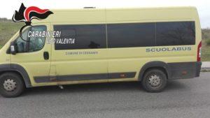 Alla guida dello scuolabus senza assicurazione, pulmino sequestrato