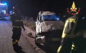 Ubriaco alla guida si ribalta con l'auto, muore 17enne e quattro feriti