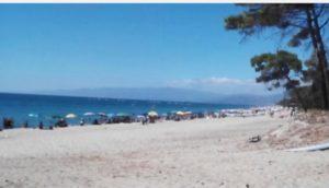 Tragedia in spiaggia nel catanzarese, ragazza di 26 anni si tuffa in mare e muore