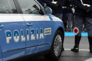 Va al bar con un'auto rubata, 23enne arrestato