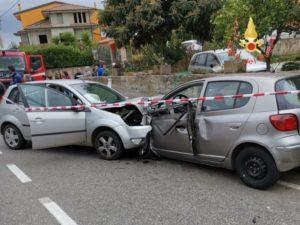 Violento scontro frontale tra due auto, un ferito grave trasportato con elisoccorso in ospedale