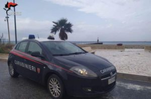 Donna minaccia il suicidio con un sms, trovata sulla spiaggia e salvata dai carabinieri