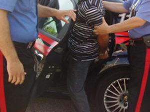 Minaccia e picchia la madre anziana, 42enne arrestato