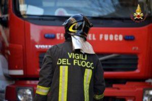 Incendio distrugge un'abitazione, una vittima