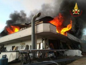 Incendio in uno stabilimento per la lavorazione del legno e di infissi metallici