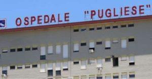 Uomo distrugge le porte dell'ospedale di Catanzaro con un'ascia
