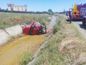 Auto sbanda e finisce in un canalone, ferito il conducente