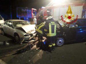 Scontro tra due auto, conducente rimane semincastrato nell'abitacolo. Tre persone trasportate in ospedale