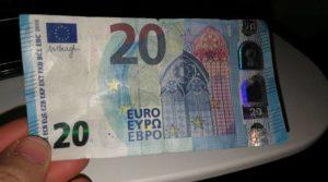 Effettuano acquisti con banconote false, due persone denunciate
