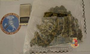 Giovane sorpreso con una busta piena di marijuana, arrestato