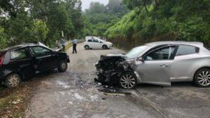 Violento scontro frontale tra due auto, feriti i conducenti