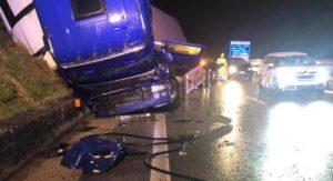 Tir si ribalta sull'A2, ferito il conducente