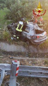 Auto perde  controllo sulla SS 106 e si ribalta oltre il guardrail nel catanzarese, due feriti trasportati in ospedale