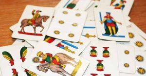 Giocavano a carte senza mascherina, chiuso circolo e presenti multati