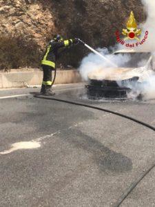 Auto prende fuoco, panico per una famiglia di turisti nel catanzarese