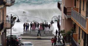 Calabria – Sposi, invitati e fotografo sfidano la furia del mare