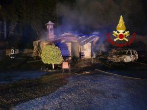 In fiamme nella notte un casolare e auto nel catanzarese, ipotesi dolosa