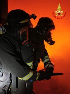 In fiamme capannone per trattamento di rifiuti solidi urbani, ingenti i danni
