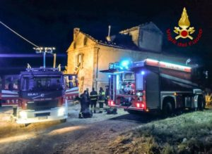 Casolare in fiamme nella notte, in salvo i due occupanti