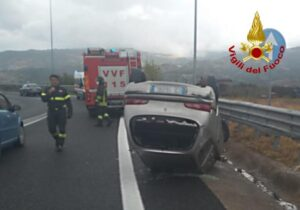 Auto si ribalta, conducente trasportato in ospedale