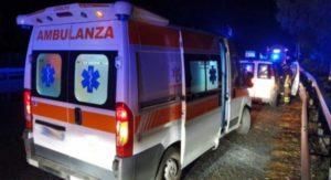 Tragico incidente nella notte: perde il controllo dell'auto e finisce fuori strada, muore 39enne