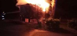 Serra San Bruno – In fiamme casetta in legno nei parcheggi