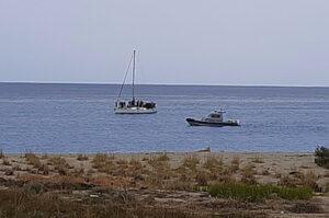 Nuovo sbarco di migranti in Calabria, in due si gettano in mare: uno disperso