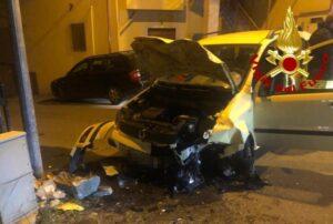 Auto sbatte contro un muro di recinzione, conducente trasportata in ospedale