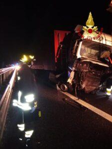 Tir perde il controllo sull'A2, conducente ferito trasportato in ospedale