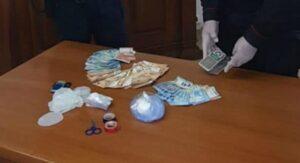 Nascondeva la cocaina nel mobile del lavello della cucina, 41enne arrestata