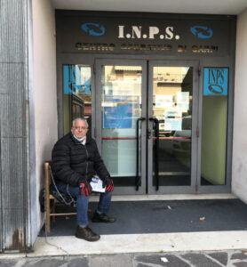"""Camionista di Davoli si incatena davanti all'Inps: """"Da qui non mi muovo"""""""