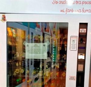 Distributore automatico eroga bevande e alcolici dopo mezzanotte, sequestrato
