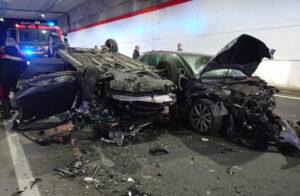 Violento scontro tra due auto sulla Statale 106, quattro feriti