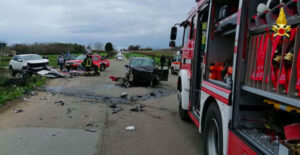 Violento scontro tra due auto, due feriti trasportati in ospedale