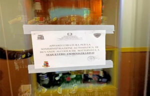 Distributore automatico eroga alcolici dopo la mezzanotte, sequestrato