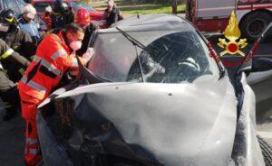 Violento impatto di un'auto contro muretto, un ferito trasportato in ospedale