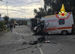 Scontro tra un furgone e un'ambulanza, tre feriti