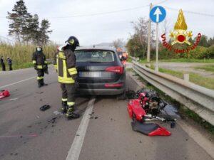 Scontro tra auto e una moto, muore centauro di 41 anni