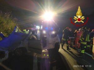 Auto perde il controllo e si ribalta, una ragazza deceduta e tre feriti gravi