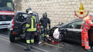 Violento scontro tra due auto a Catanzaro, 2 feriti trasportati in ospedale