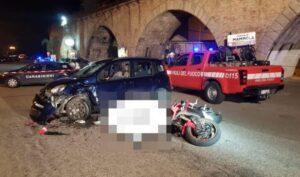 Violento scontro tra moto e auto, un morto e due feriti