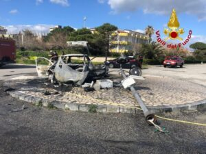 Auto sbatte contro un palo sul lungomare di Guardavalle e prende fuoco, indagini per identificare i passeggeri