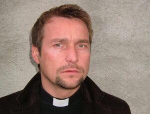Sacerdote gravemente ferito dal fuoco del camino nel catanzarese, ricoverato al centro ustioni di Catania