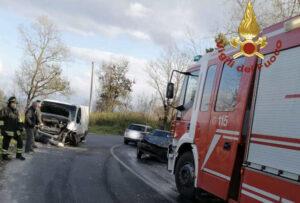 Scontro frontale tra una Golf e un furgone, due feriti