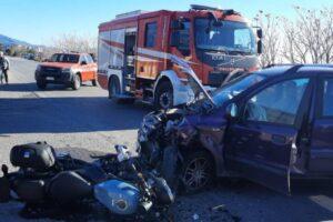 Violento scontro sulla Ss 106 tra una moto e un'auto, grave il centauro